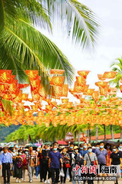 11月11日,三亚南山文化旅游区游人纷至。 陈文武摄