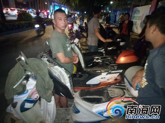 海口一街边餐饮店门前成排电动车被撬 电池被盗走