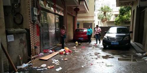 乱丢在居民家门前的垃圾(图由市民提供)