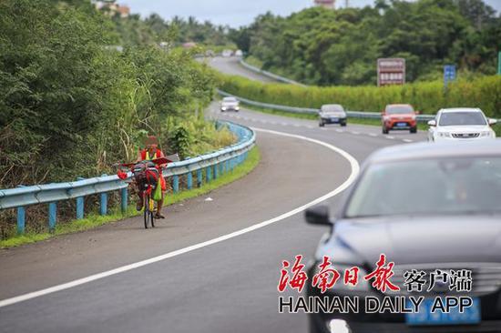 海南高速路上惊现一名男子骑共享单车(图)