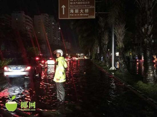 据统计,当天共计出动1506名警力,未发生因积水及港口复航引发交通堵塞情况。