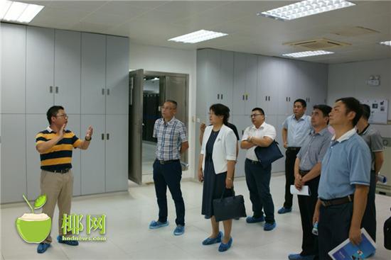 住建部住房公积金监管司副巡视员姜涛(左三)在省党政信息中心视察云平台部署建设情况