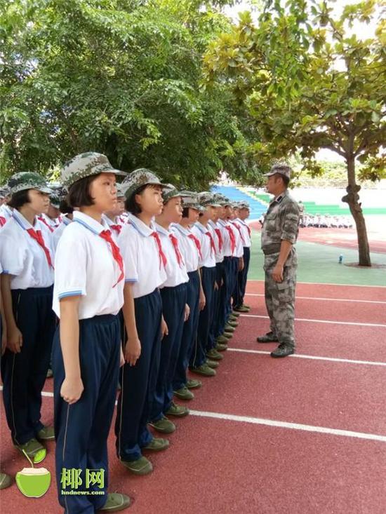 上午,金沙国际华人平台市四中初中部的学生开始接受军训,新生们一改假期的休息状态,身着蓝白校服,头戴军帽,投入紧张训练中。