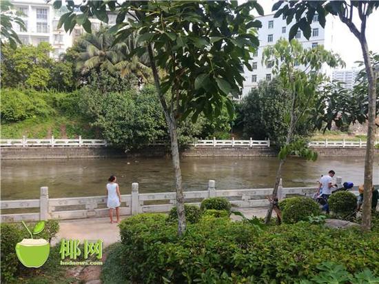 美舍河市民在河边散步