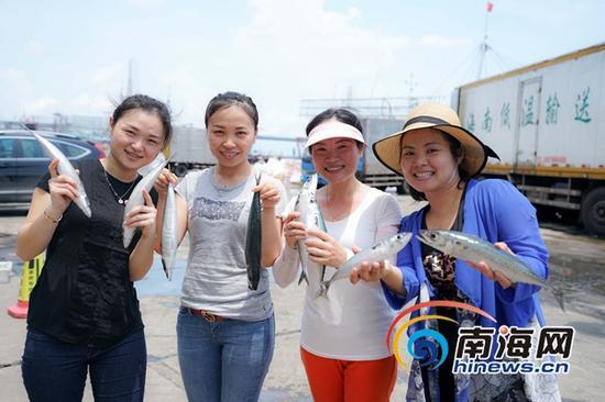 共同的创业梦想让伍秀丽、韩小琳、王彦予、钟亚敏(左起)4个女汉子有了新的奋斗目标。海报集团全媒体中心记者 王凯 摄
