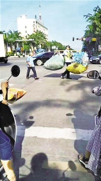 图为路过群众拍下的赵永浩帮老人挑担。