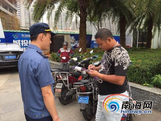9月4日,金沙国际华人平台市交通港航综合执法支队龙华大队执法人员对金沙国际华人平台高铁火车站东站附近及周边的非法营运行为进行整治。通讯员王南供图
