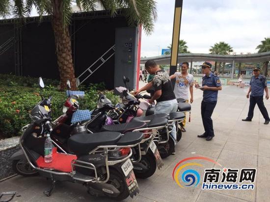 9月4日,海口市交通港航综合执法支队龙华大队执法人员对海口高铁火车站东站附近及周边的非法营运行为进行整治。通讯员王南供图