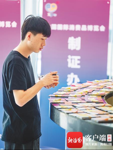 4月24日,在海南国际会展中心,工作人员在搬运首届消博会展品。海南日报记者 袁琛 摄