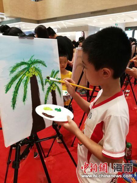 青少年画椰子树。