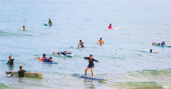 浪尖上起舞!世界各地冲浪客齐聚万宁日月湾逐浪