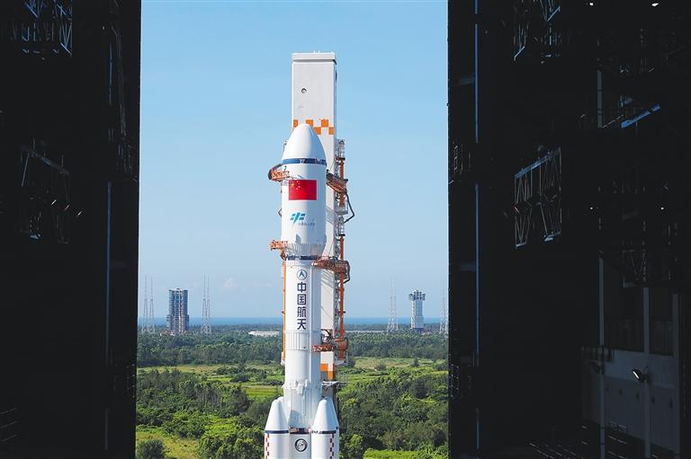 5月16日,天舟二号货运飞船与长征七号遥三运载火箭组合体正在转运至发射区。 新华社发(郭文彬 摄)