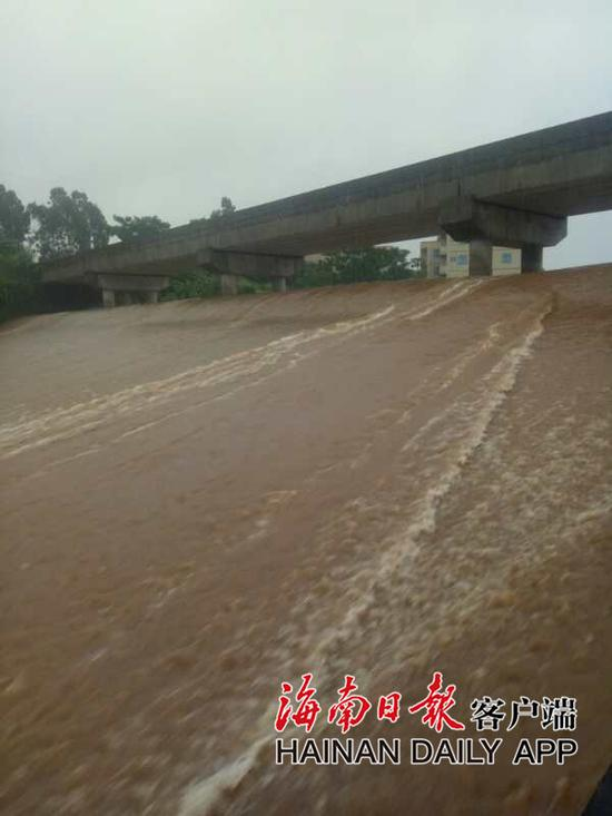 图为澄迈县老城镇美造水库正在开展溢洪工作(澄迈县三防办提供)