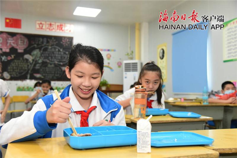 海口多所学校同有资质餐饮企业合作,将午餐送到学校,解决双职工家庭难题。通讯员王聘钊 摄