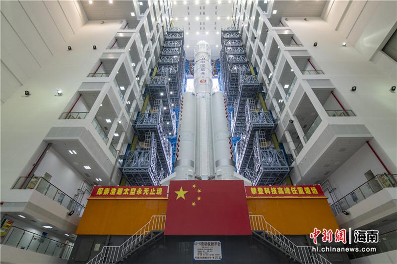 11月17日,长征五号遥五火箭在中国文昌航天发射场完成垂直转运。骆云飞 摄