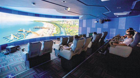 企业代表在陵水城乡规划馆通过4D技术了解陵水整体规划。本报记者 武威 摄