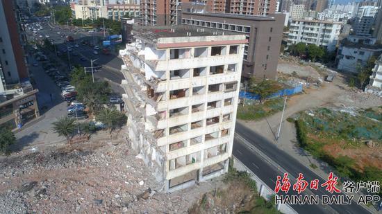 """上图为正在开拆的""""钉子户楼""""。海南日报客户端记者 陈若龙 摄"""