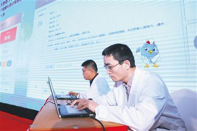 12月1日,中国首届儿科AI应用大赛上,医生和小布机器人医生进行病情诊断竞赛。 本报记者 李天平 摄