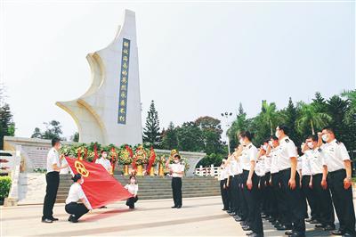 海南多个单位到解放海南岛战役烈士陵园祭扫英烈