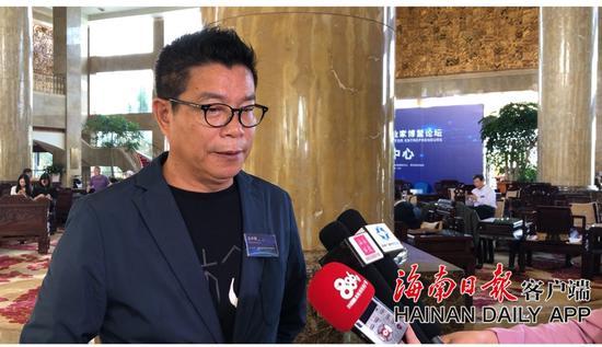 图为王中军接受记者采访。记者刘冀冀摄