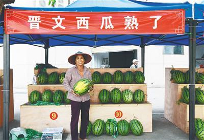 """海口灵山镇开设""""西瓜小集市"""" 每天卖3000多斤西瓜"""