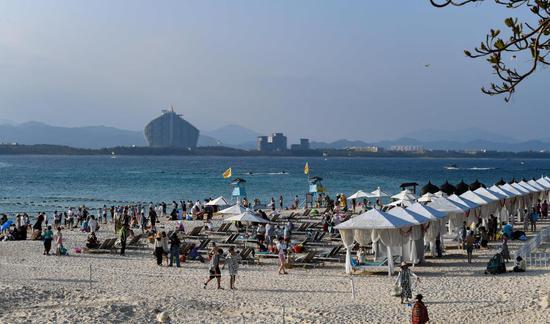 ↑游客在海南省三亚市蜈支洲岛旅游区游玩(2021年2月15日摄)。新华社记者 杨冠宇 摄