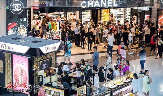 12月5日,大量顾客在三亚国际免税城选购商品,离岛免税新政的实施,实现了对岛内外居民旅客无差别对待,多举措激活海南高端消费潜力。海南日报记者武威 摄