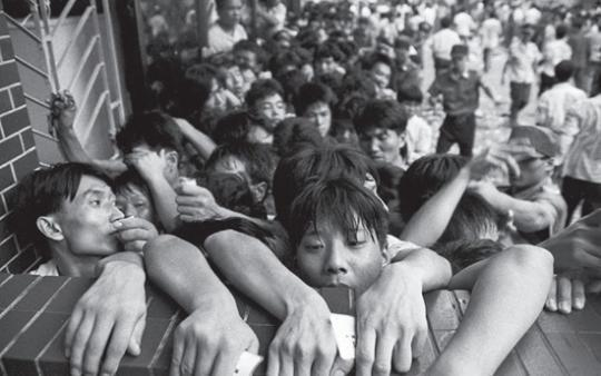1992年,深圳,人们蜂拥而上抢购股市抽签表。