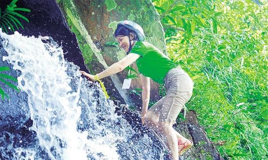 游客在呀诺达踏瀑戏水。海南日报记者 武威 摄
