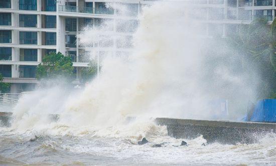 """台风""""圆规""""影响叠加天文大潮 海南多地出现海水倒灌"""
