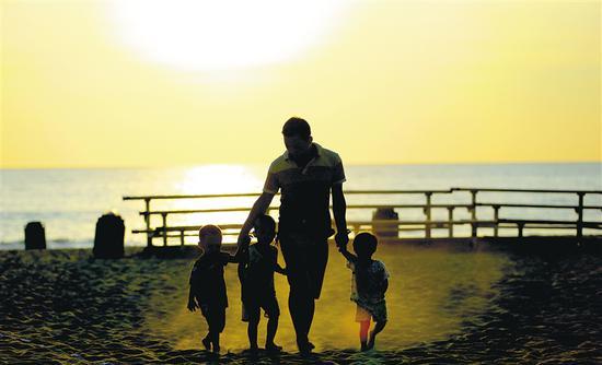 龙沐湾落日美景吸引游客前来游玩。海南日报记者 张茂 摄