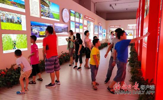 ↑海南省博物馆内,市民游客正在参观。
