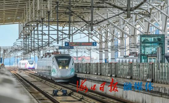 """5月1日,""""蜂虎号""""市域列车从海口东站发车。海口日报记者 康登淋 摄"""