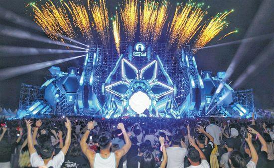 去年的三亚国际音乐节,电子音乐引爆现场气氛。本报记者 武威 摄