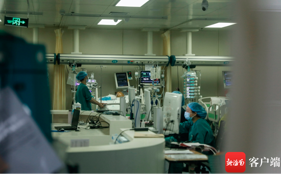 10月29日上午,盘兴龙躺在医院重症监护室里,同学们只能隔着玻璃看到他。记者 李昊 摄