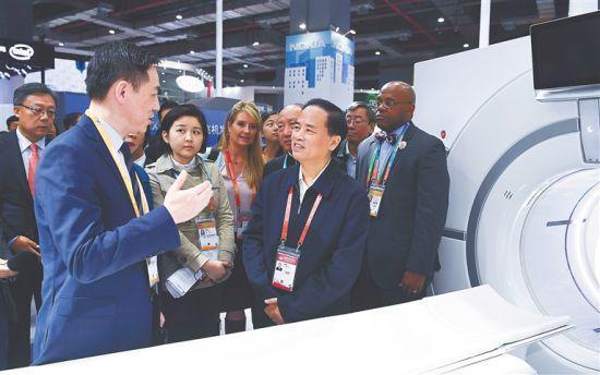11月6日,省委书记刘赐贵率海南交易团部分成员参观上海2018年中国国际进口博览会。图为刘赐贵在医疗器械及医药保健展区了解进口医疗设备情况。海南日报特派记者 王凯 摄