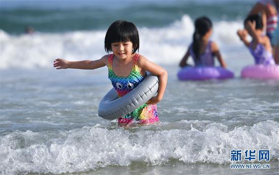 8月30日,一名小朋友在三亚大东海戏水。新华社记者郭程摄
