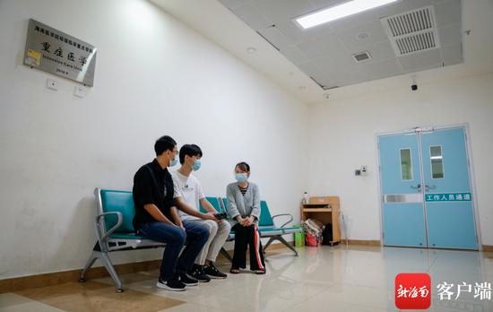 10月29日上午,班长何雨明和盘兴龙的室友把同学们的祝福带到医院,图为何雨明和盘兴龙的室友向盘兴龙的大姐了解情况。记者 李昊 摄