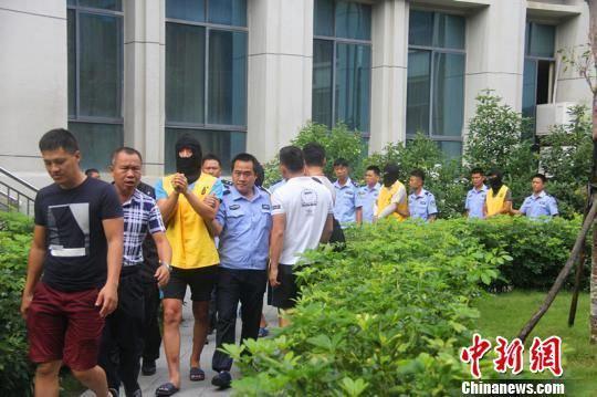 图为抓获犯罪嫌疑人现场。海南省公安厅供图