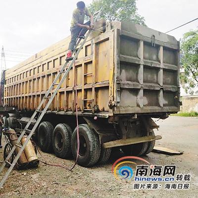 昌江联合整治超限超载行动中,对非法改装加高车辆现场进行栏板切割。(昌江治超办供图)