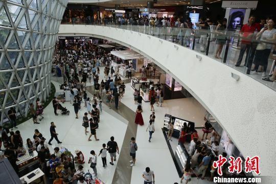 三亚国际免税城4周年店庆推出九折优惠活动,掀起一波购物热潮。 王晓斌 摄