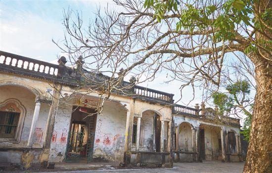 文昌铺前镇美宝村有100多户人家,其中村子外围的几栋老宅是归国华侨回乡修建的,南洋风格特色突出。