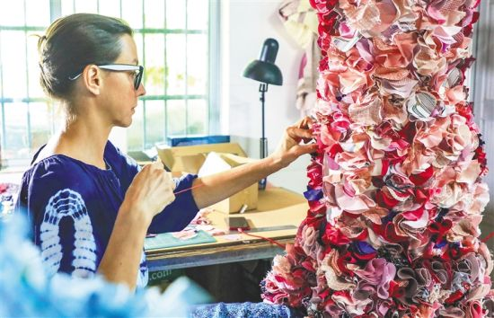 一位外国艺术家在全神贯注地构思和创作。