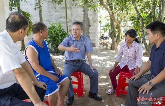8月12日下午,省长沈晓明来到白沙黎族自治县牙叉镇对俄村,与符光夫妇(左二和右二)交谈,了解他家的脱贫情况。 海南日报记者 宋国强 摄