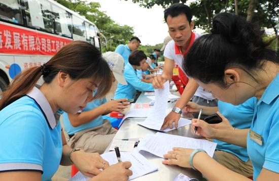 天涯海角游览区积极参加无偿献血的女员工