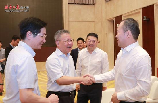 10月20日,省长沈晓明在海口会见全国工商联副主席李兆前一行。海南日报记者 李英挺 摄