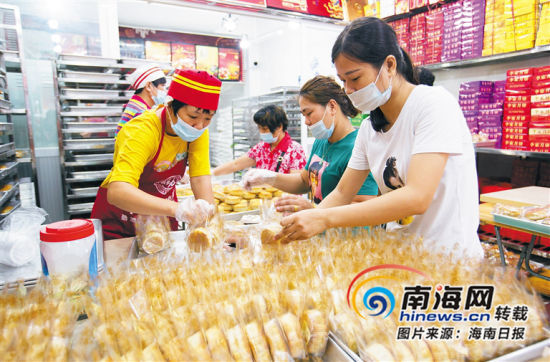 9月4日,在三亚市吉阳区红沙社区李家月饼店,工作职员正在制作月饼。 海南日报记者 武威 摄