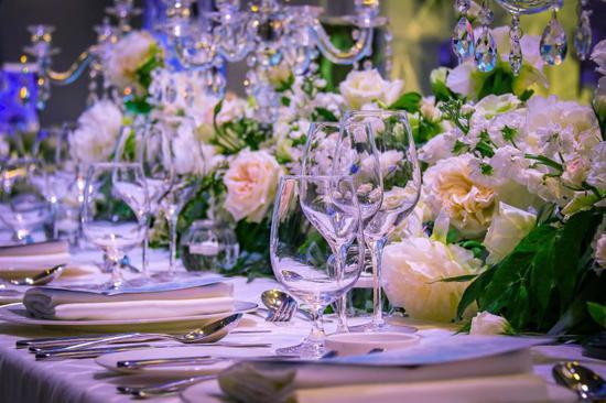 现场亲身感受从婚纱礼服试穿,妆发造型,婚鞋搭配,婚礼摄影等系列一站图片