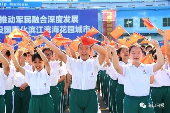 学生代表热烈欢迎海口舰。