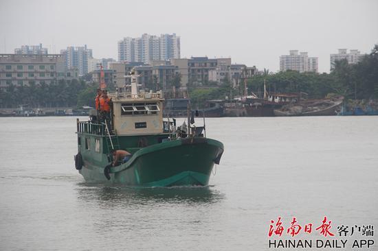 海警官兵押解涉案船只。通讯员供图